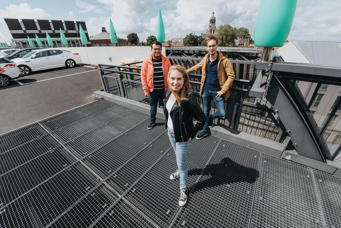 Roel van Daele, Rosanne Langenberg en Maarten Rikken op het dak van de parkeergarage waar Jazzperience op 7 september plaatsvindt.