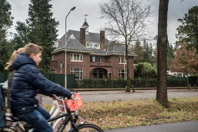 De villa aan de Duivelsbruglaan, de eigenaar verleent vooralsnog geen medewerking voor een ondergrondse parkeerkelder met zwembad erop achter het pand.