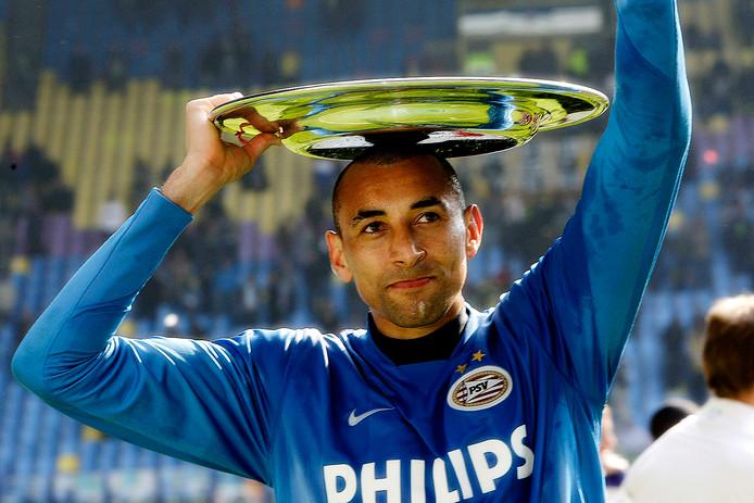 Gomes in het shirt van PSV in 2008 met de kampioensschaal