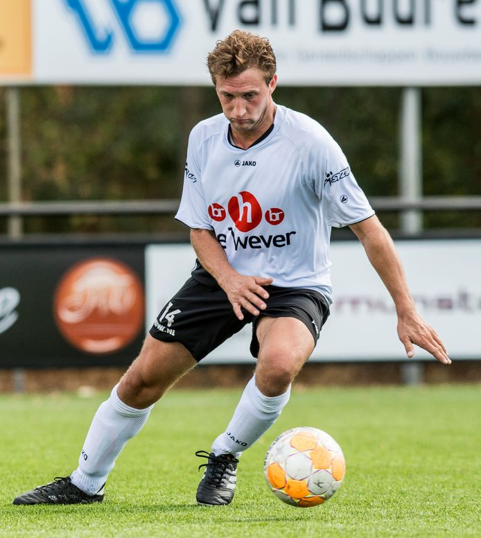 Bas Woesthuis gaat voetballen in zijn woonplaats.