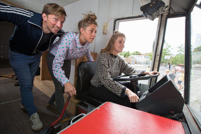 Silas Neumann (links), Fieke van der Panne (midden) en Yuna Linde (rechts) rijden de komende weken in een verbouwde SRV-wagen door Olst-Wijhe om bevrijdingsverhalen op te halen.