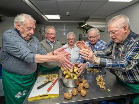 Joke leert mannen hun eigen potje te koken
