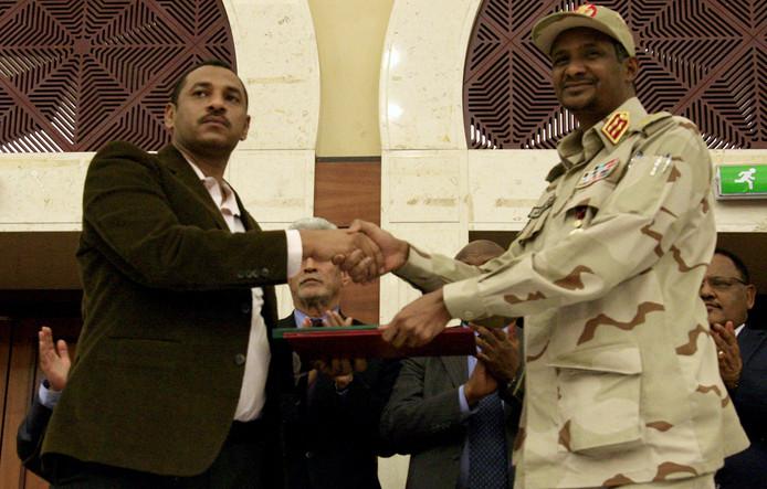 """La """"déclaration politique"""" a été paraphée par les deux camps après une nuit de discussions intenses. À l'issue de la rencontre dans un hôtel de luxe de Khartoum, le numéro 2 du Conseil militaire au pouvoir, Mohamed Hamdan Daglo (d) dit """"Hemeidti"""", aussi commandant des redoutées Forces de soutien rapide (RSF), a salué un moment """"historique""""."""
