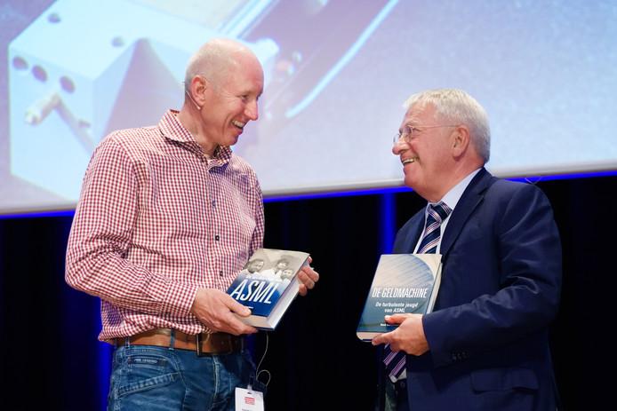 René Raaijmakers (l) overhandigt de twee boeken aan Wim van der Leegte.