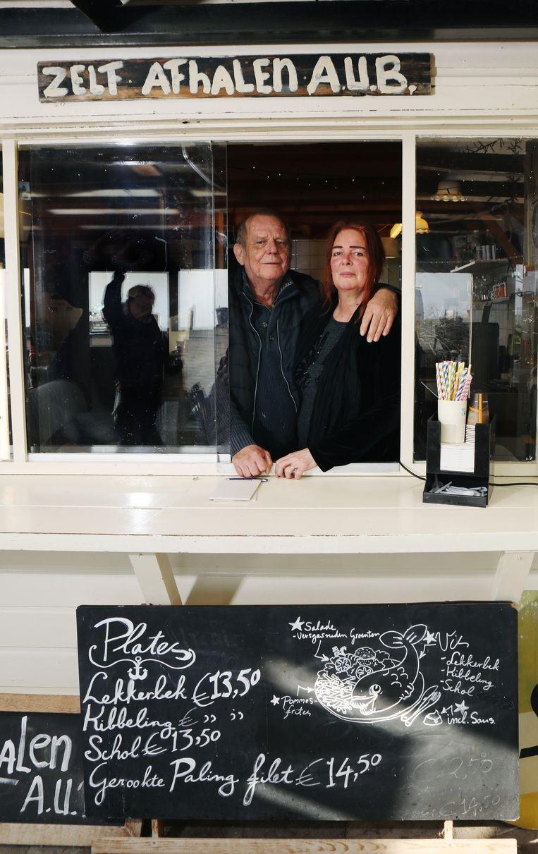 Hendrik en Joke Overwijk hebben in Laaksum een snackbar, restaurant en een kroeg ineen. Beeld Jan-Dirk van der Burg