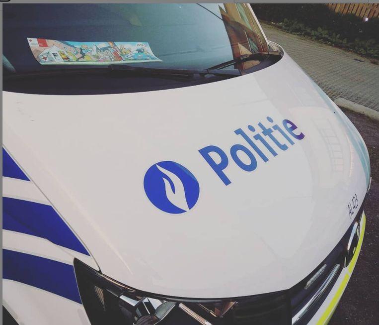 De politie trof een bebloede man aan.