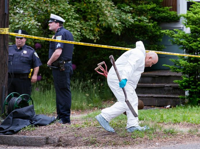 Een forensisch onderzoeker betreedt de met linten afgezette plaats van delict in Springfield