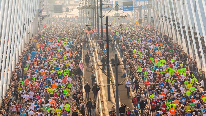 Het duurt nog bijna een jaar voordat marathonlopers weer massaal over de Erasmusbrug komen.