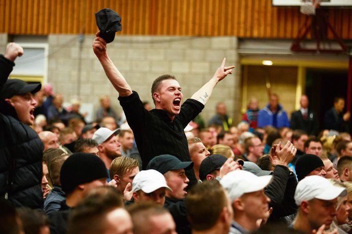 Tijdens een bijeenkomst tussen gemeente en voor- en tegenstanders van een asielzoekerscentrum in Steenbergen liep het in 2015 totaal uit de hand.