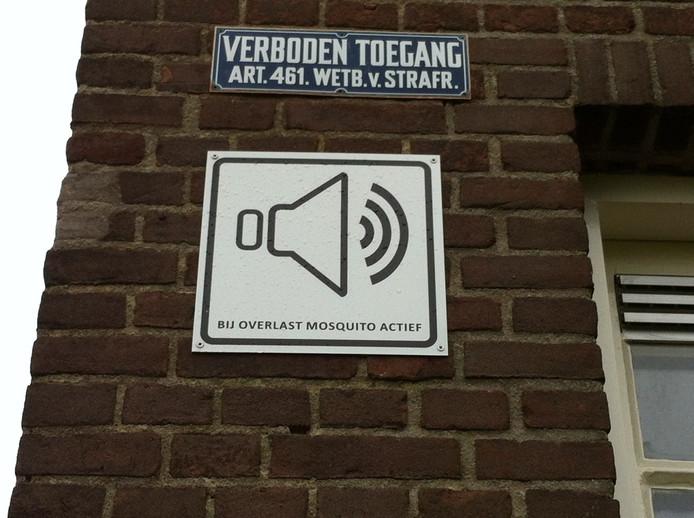 Achiefbeeld van een bordje op de muur van het schoolgebouw aan de Limoslaan in Nijmegen, dat waarschuwt voor de mosquito.