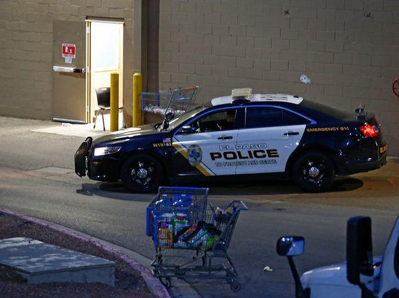 Een politieauto staat bij de Walmart in El Paso waar zaterdag de schietpartij plaatsvond.