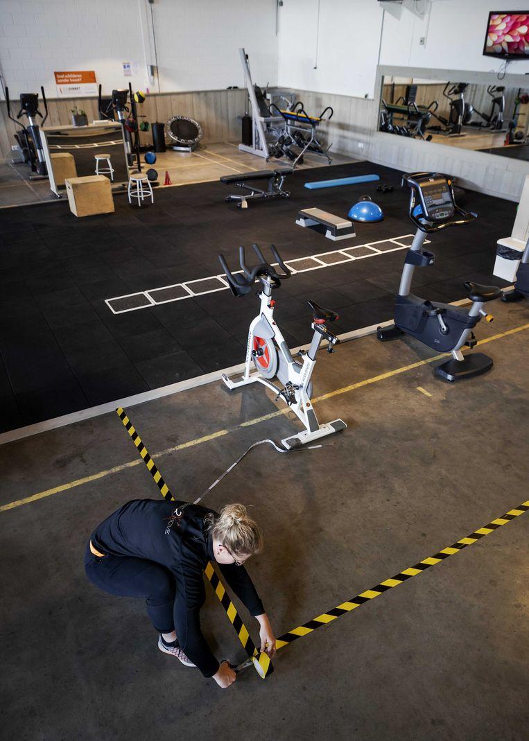 Sportschool Inspire2Move in Terschuur past zijn ruimte aan de voorgeschreven maatregelen aan.  Beeld ANP