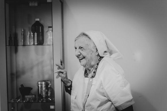 Paula (96) trok haar oude verpleegstersuniform aan voor het fotoproject.