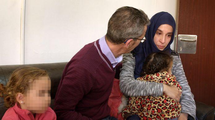 Meryem is een van de Nederlandse jihadistes die met haar kinderen in een vluchtelingenkamp in Syrië zit. Beeld uit een BNNVARA-documentaire waarin haar vader haar eerder dit jaar opzoekt.