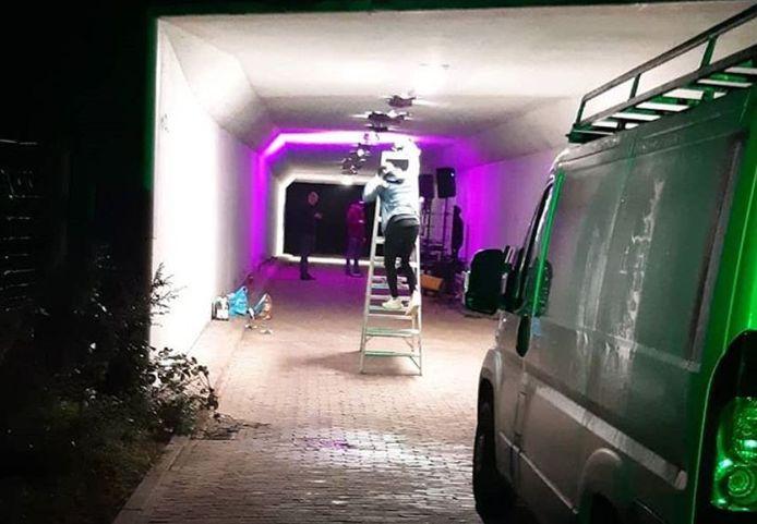 Deze foto van het afbreken van het feest bij Ede deelde de politie online.