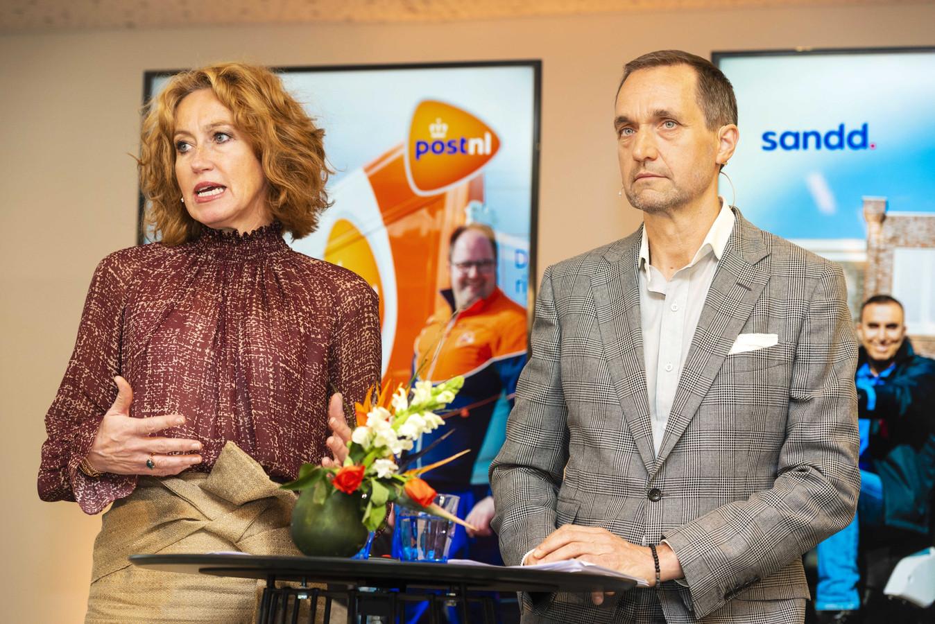 Herna Verhagen eerder dit jaar met Ronald van de Laar, ceo van Sandd. PostNL neemt kleine concurrent Sandd over, werd toen bekend.