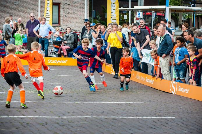FC Onverwacht in oranje tegen FC Barcelona: de kinderen gaan voluit voor de winst. Foto: Reinier van Willigen