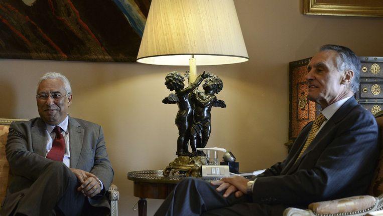 De Socialistische leider Antonio Costa (l.) sprak vandaag twee keer met president Anibal Cavaco Silva. Bij het tweede gesprek werd hij tot premier benoemd.