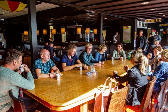 Clubleden drinken hun drankjes in de (nog) gedateerde clubkantine van Rohda.
