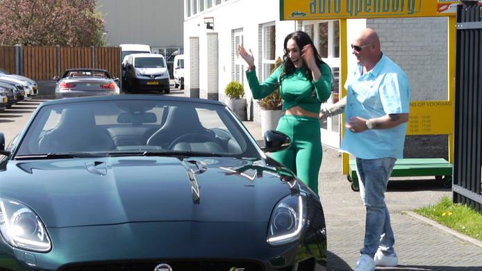 In de clip verrast John Martha met een auto.