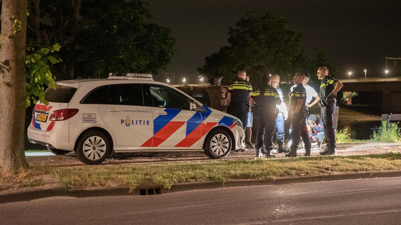 De politie moest twee keer uitrukken vanwege onrust op de IJsseloever in Deventer.