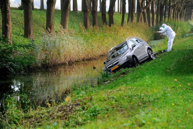 2015: forensisch onderzoek bij de auto van Peter R. in Diemen, die gewond raakte toen hij onder vuur werd genomen. Beeld anp