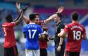 Manchester United-spelers beklagen zich bij scheidsrechter Chris Kavanagh na een vermeende handsbal van Brighton.