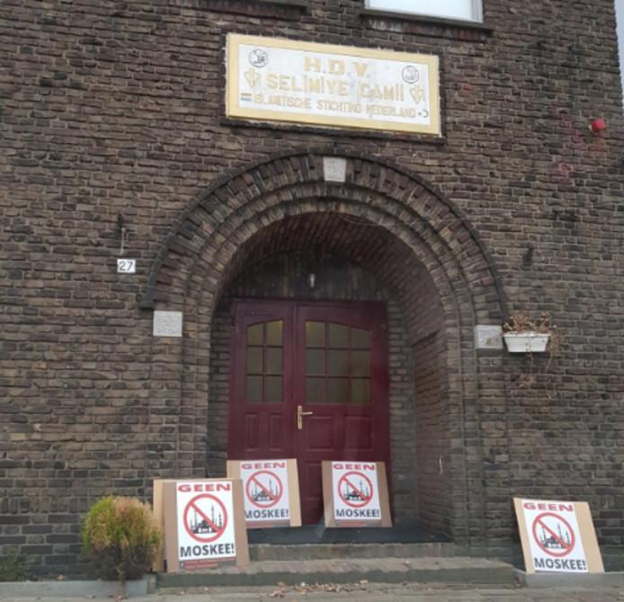 Bij de hoofdingang van de moskee aan de Atjehstraat zijn donderdagochtend protestborden aangetroffen.