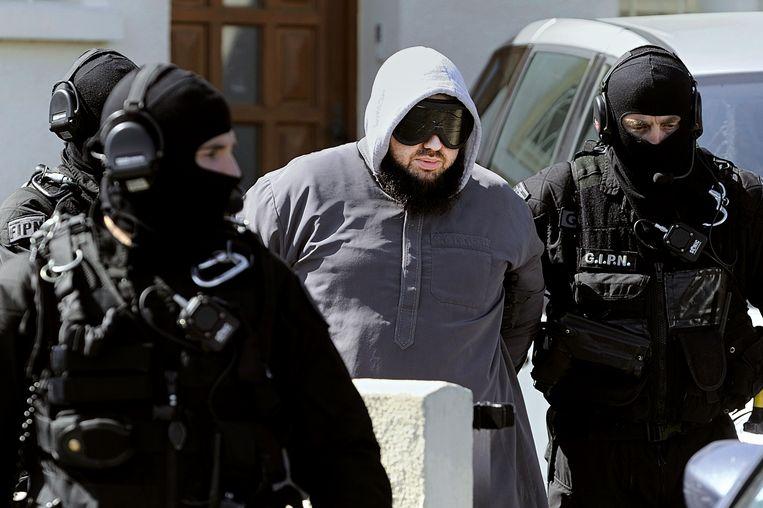 De leider van een radicaal-islamitische groep in Frankrijk wordt gearresteerd in 2012.  Beeld AFP