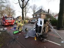 Brandweer haalt gewonde uit auto na ongeluk op kruising Epe