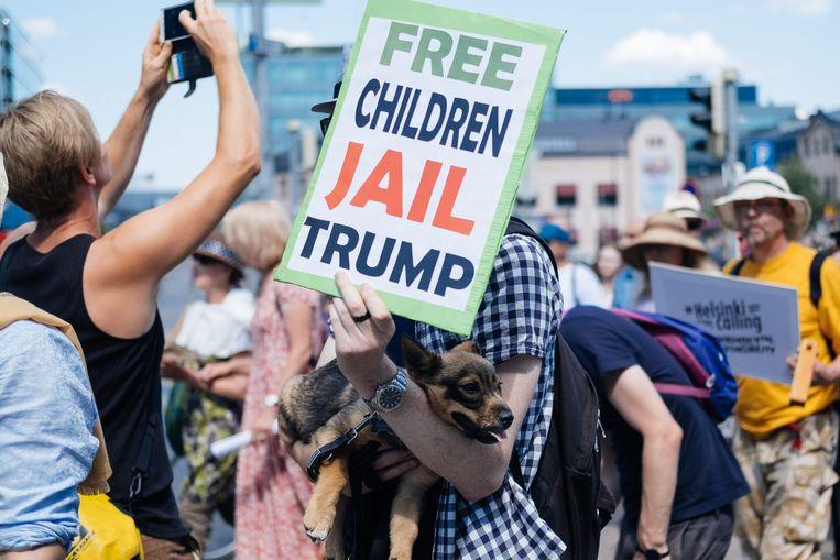 Demonstranten in de 'Helsinki Calling'-mars in de Finse hoofdstad verwelkomen de Amerikaanse president.  Beeld null