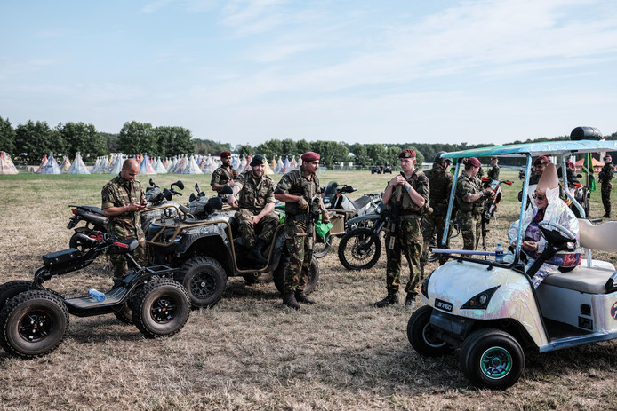 Tante Rikie met een aantal militairen