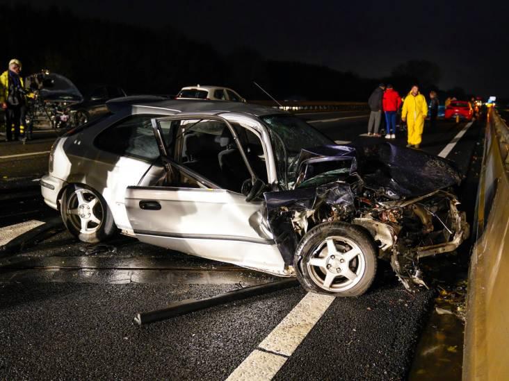 A17 dicht bij Zevenbergen na twee ongevallen met in totaal zes auto's