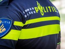 Jongens op scooter rijden jonge vrouw van fiets in Kampen en gaan er vandoor
