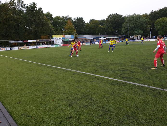 Patrick Maneschijn (WHC) wil de bal passen en zoekt de vrije man.
