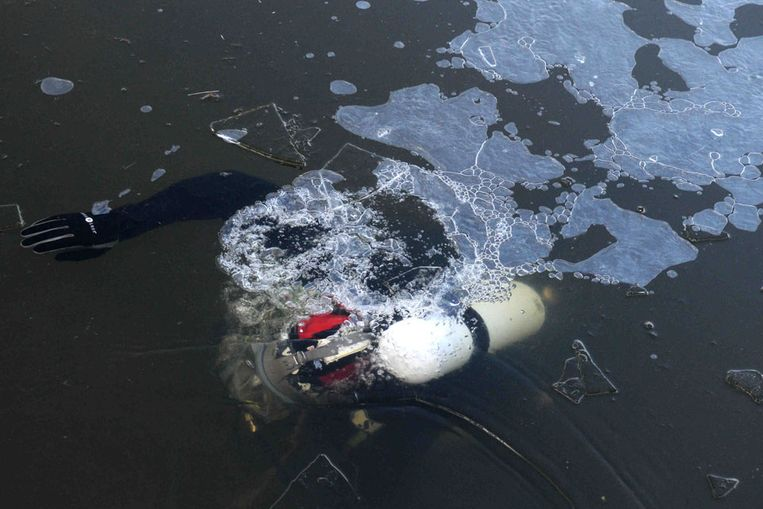 Een duiker bezig met een reis onder het ijs (ANP) Beeld