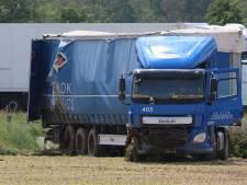 Vrachtwagen belandt in weiland bij A73 en zorgt voor flinke vertraging