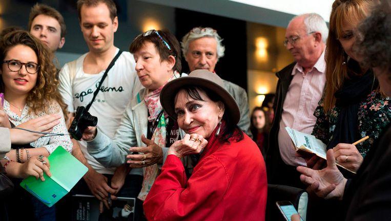 De Franse actrice Anna Karina met fans. Beeld afp