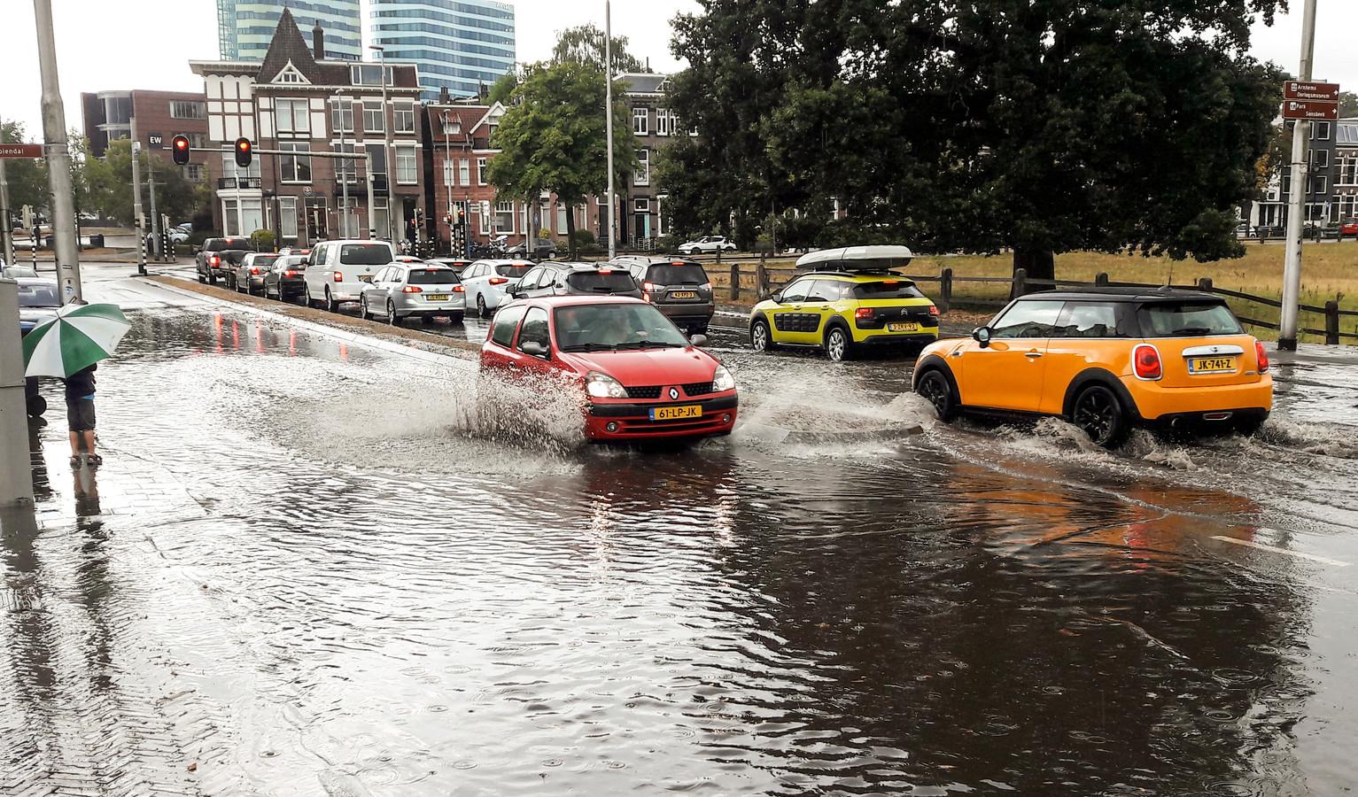 Indammen Wateroverlast Door Hoosbui In Arnhem Werpt Vruchten