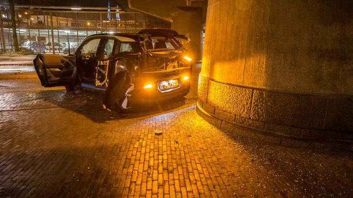 De BMW die in de vroege zaterdagochtend op een betonnen brugpijler botste in Deventer.