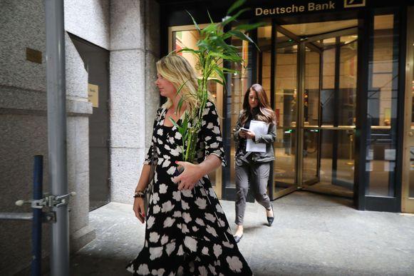 Ontslagen medewerkers verlaten het hoofdkantoor van Deutsche Bank in New York.