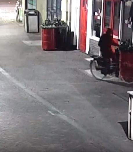 Politie toont videobeelden van fietsende granaatplaatser in regenpak