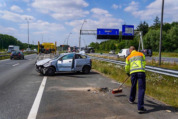 De auto's liepen door het ongeval op de A2 bij Eindhoven veel schade op.