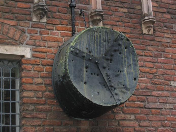 De beroemde koperen ketel komt niet meer te hangen aan de gevel van De Waag. Het uit 1434 stammende voorwerp  krijgt ene plek in De Waag.