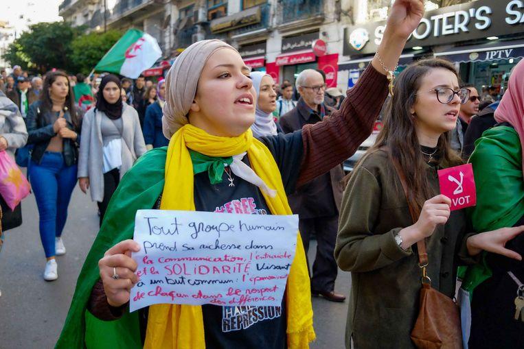 In de aanloop naar de presidentsverkiezingen vandaag in Algerije zijn de protesten tegen het regime steeds grimmiger geworden. Beeld Sabri Benalycherif