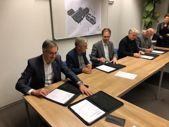 De vier Thoolse schoolbesturen ondertekenen de samenwerking.