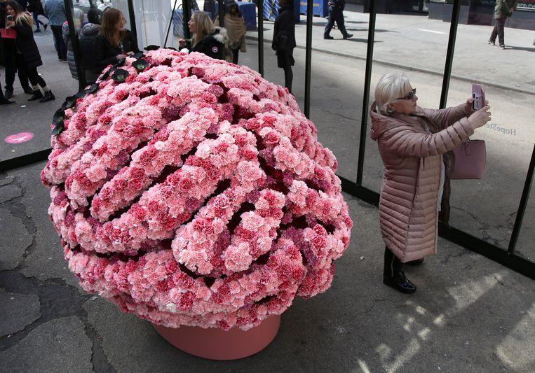Een bloemencollage in de vorm van het brein, momenteel te zien in New York. Beeld AP