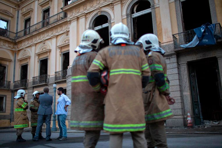 Brandweermannen bij het uitgebrande museum in Rio de Janeiro, Brazilië.