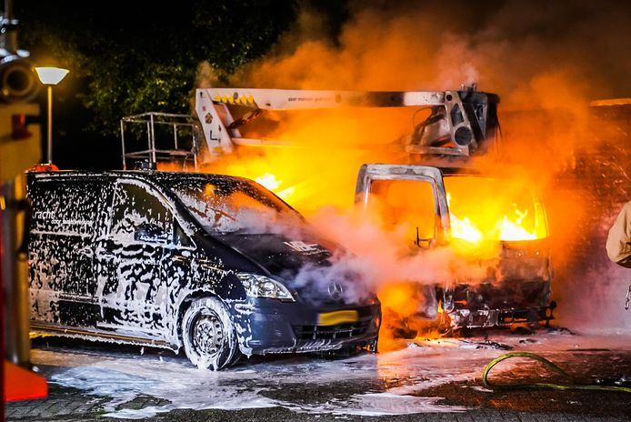 Hoogwerker en bestelbus uitgebrand aan de Koppele in Eindhoven.