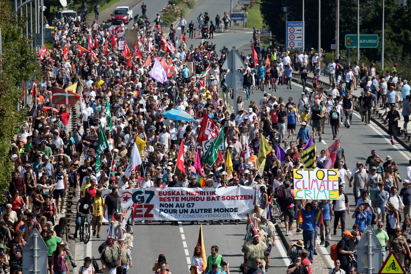 Anti-G-7 activisten zijn alvast begonnen aan hun protest in Hendaye, vlak bij Biarritz waar zeven wereldleiders vanmiddag samenkomen voor de G7 Top.